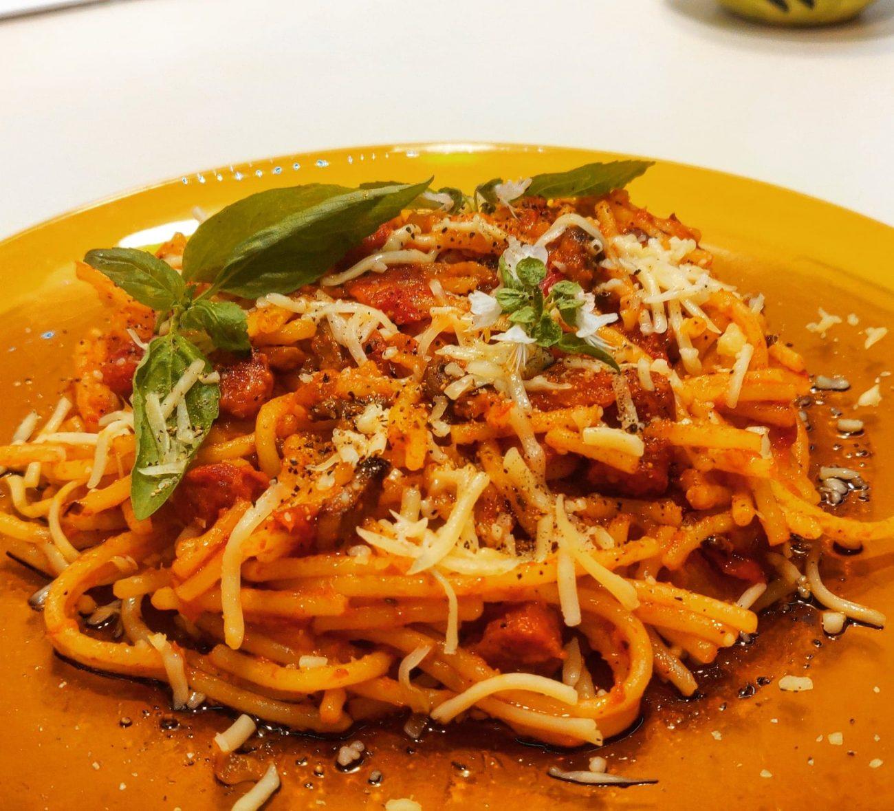 Spagheti cu cârnăciori și ciuperci