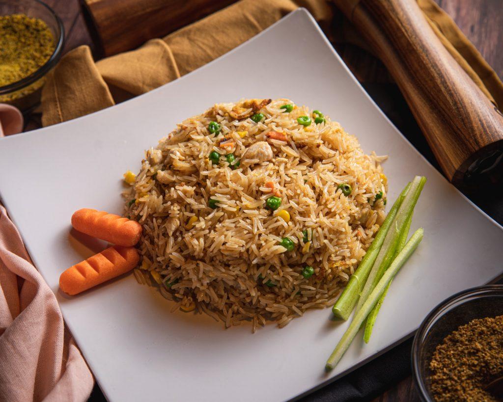 orez brun în farfurie