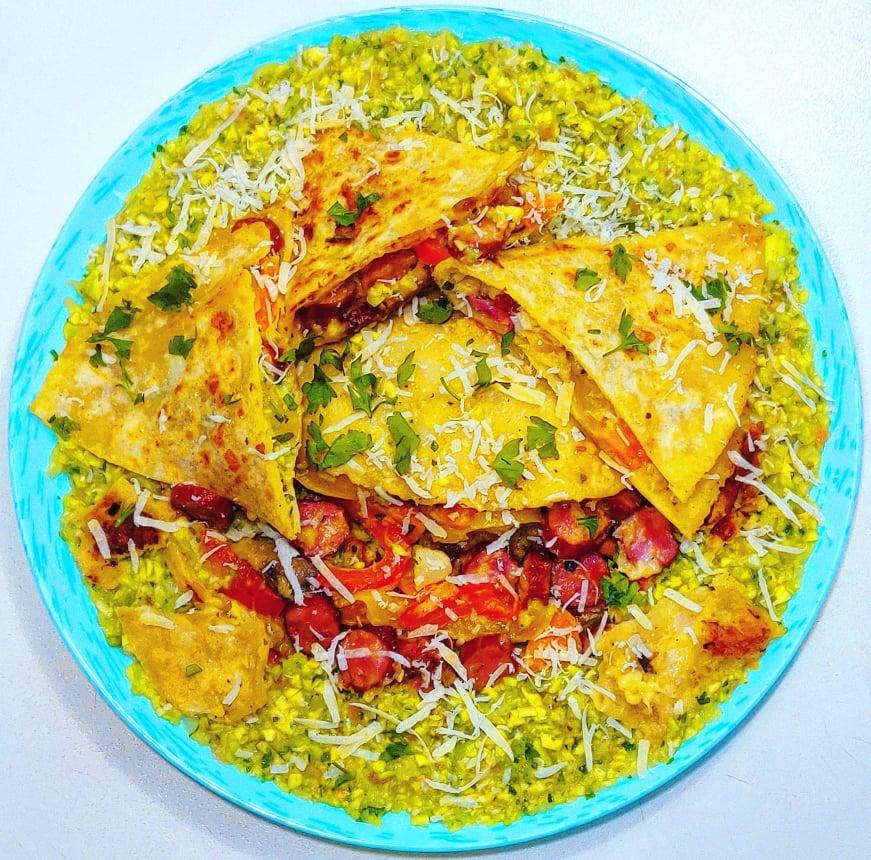 Quesadilla cu cârnați și legume